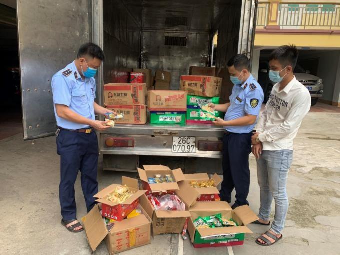 Lực lượng chức năng kiểm tra, thu giữ số hàng hoá nhập lậu được giấu trong xe ô tô tải mang BKS: 20C-200.74 do Đào Ngọc Duy và Nguyễn Đức Duy điều khiển. (Ảnh: Zing)