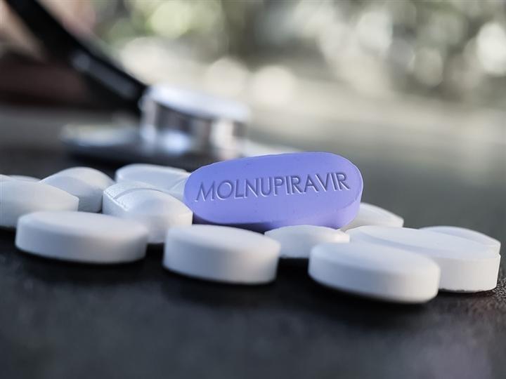 Thuốc kháng virus molnupiravir được dùng cho các trường hợp người bệnh COVID-19 có triệu chứng nhẹ. (Ảnh: Shutterstock)