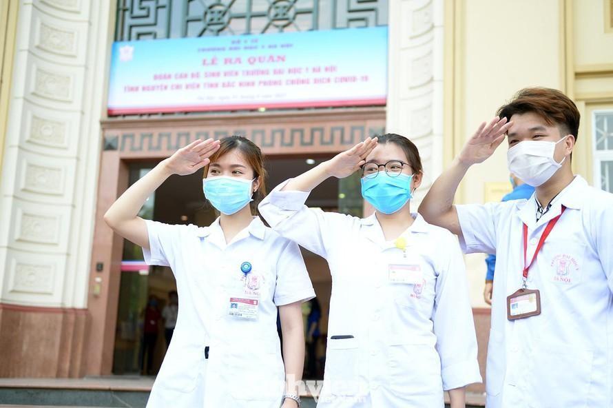Sinh viên trường ĐH Y Hà Nội sẵn sàng tình nguyện vào tuyến đầu chống dịch COVID-19. Ảnh: DƯƠNG TRIỀU