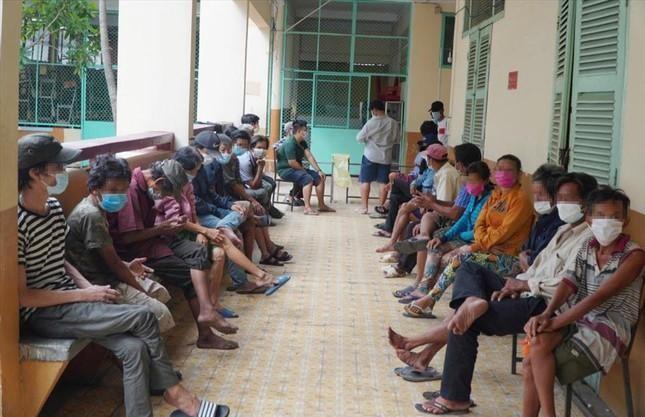 Những người vô gia cư, sống lang thang được quận 4 tập trung để chăm sóc nhằm tránh dịch bệnh lây lan. Ảnh: LĐO