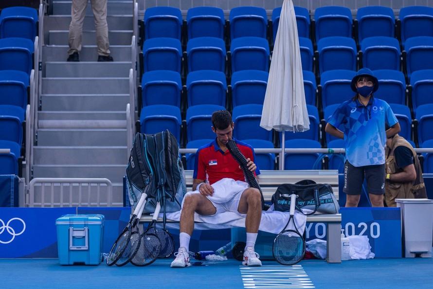 Novak Djokovic trong trận thua trước Pablo Carreno Busta tại Olympic Tokyo 2020. (Ảnh: New York Times)