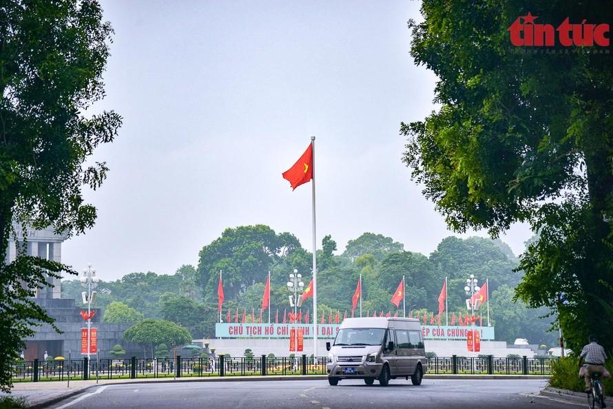Tuyến đường Bắc Sơn (trước quảng trường Ba Đình) vắng vẻ vì Hà Nội đang trong thời kỳ giãn cách xã hội. (Ảnh: TTXVN)