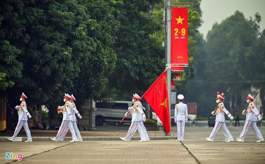 5h50, các chiến sĩ thuộc Đoàn 275 (Bộ Tư lệnh bảo vệ Lăng Chủ tịch Hồ Chí Minh) thực hiện lễ thượng cờ tại Quảng trường Ba Đình.