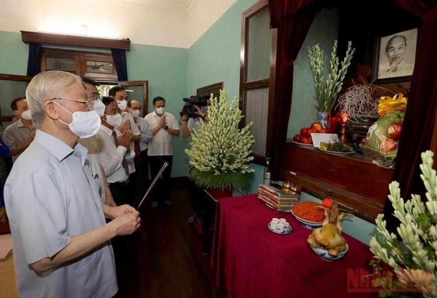 Tổng Bí thư Nguyễn Phú Trọng dâng hương, tưởng niệm Chủ tịch Hồ Chí Minh. (Ảnh: Trí Dũng/Báo Nhân Dân)