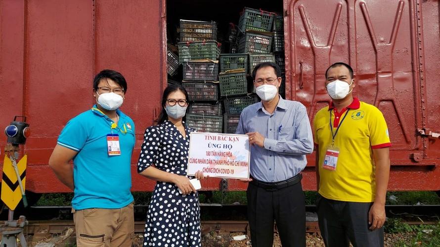 Ông Nguyễn Thành Trung, Phó Chủ tịch Thường trực Ủy ban MTTQ Việt Nam TP Hồ Chí Minh tiếp nhận hơn 180 tấn hàng hóa từ Nhân dân tỉnh Bắc Kạn gửi tặng. (Ảnh: TTXVN)
