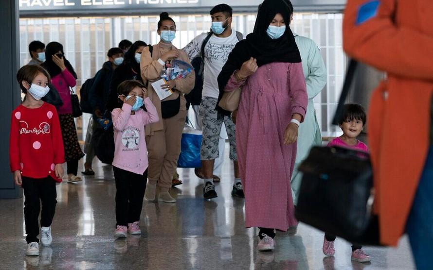 Những người tị nạn Afghanistan tại Sân bay Quốc tế Washington Dulles, Mỹ, ngày 25/8/2021. (Ảnh: AP)
