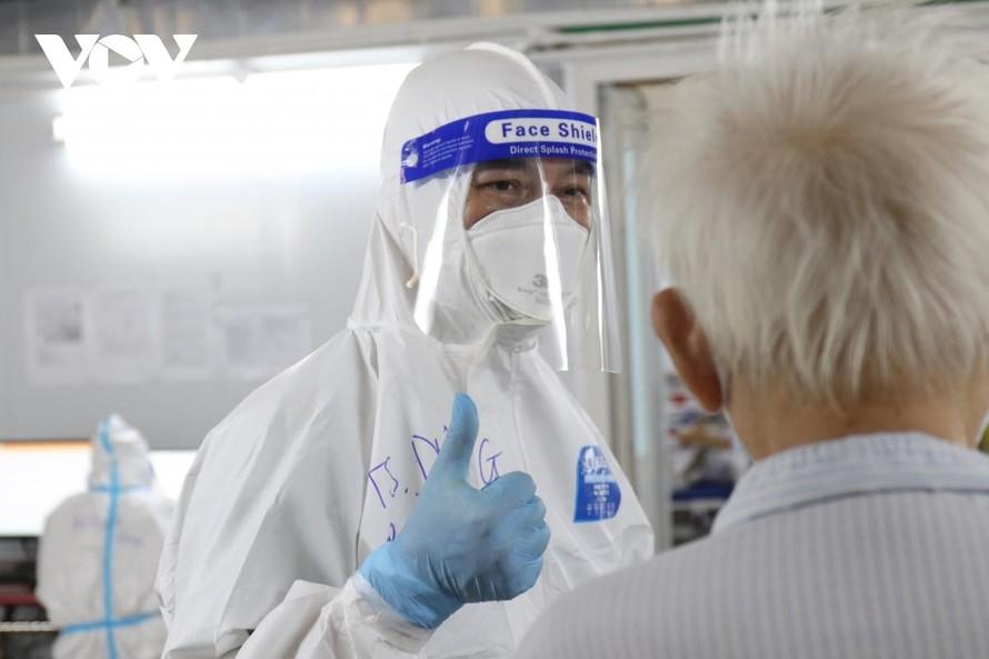 Thay vì thăm bệnh thông thường, bác sỹ Nguyễn Tiến Dũng – Trưởng khoa hồi sức cấp cứu, bệnh viện dã chiến số 16, TP.HCM giơ ngón tay cái chào những bệnh nhân vừa vượt qua cửa tử COVID-19. (Ảnh: VOV)