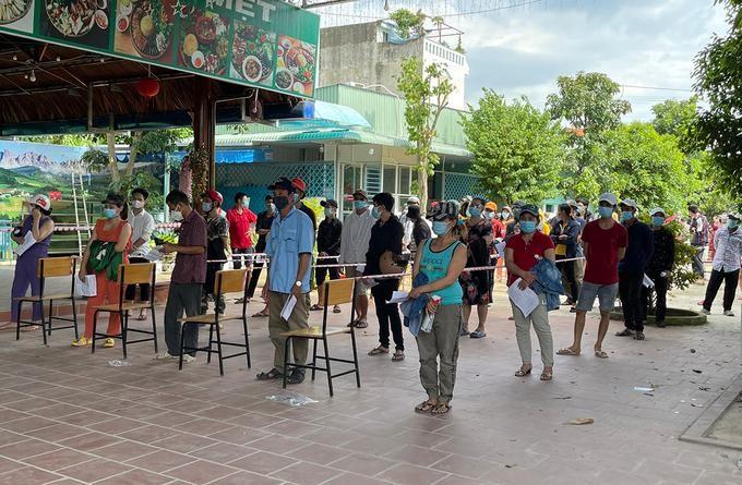 ười dân TP Thuận An xếp hàng chờ tiêm vaccine ngày 5/9. Ảnh: Thanh Liêm