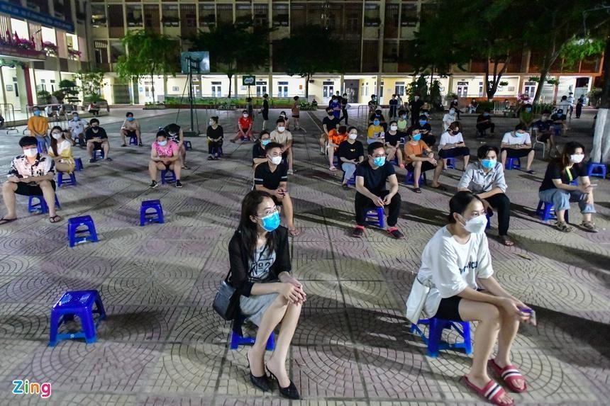 Để đảm bảo mọi người trên địa bàn được tiêm hết mũi 1 và xét nghiệm diện rộng toàn dân, tối muộn 11/9, phường Trung Văn (quận Nam Từ Liêm) tổ chức tiêm vaccine. (Ảnh: Zing)