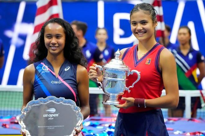 Raducanu (phải) trở thành tay vợt trẻ nhất vô địch US Open kể từ năm 1999. Ảnh: Reuters.