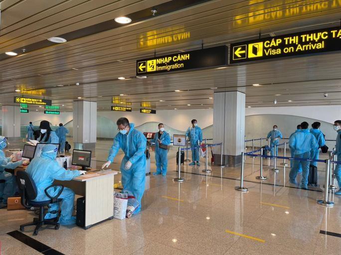 Hành khách làm thủ tục nhập cảnh tại sân bay Vân Đồn. (Ảnh: Người Lao Động)