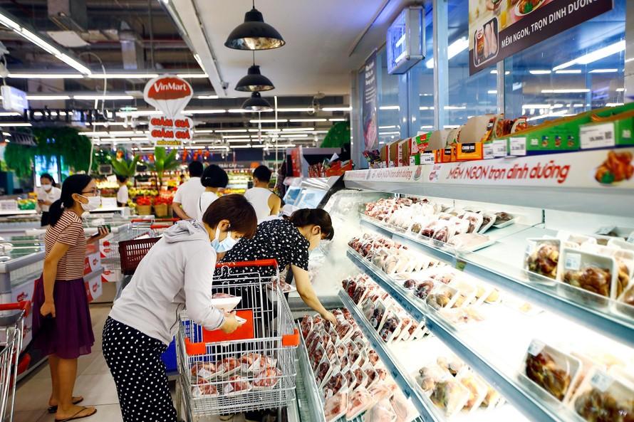 Người dân đi mua thực phẩm ở TP HCM. Ảnh: Linh Đan