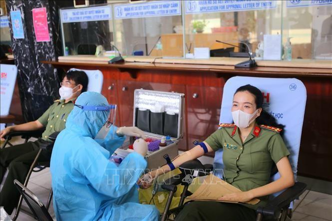 Cán bộ chiến sỹ Cục Quản lý xuất nhập cảnh, Bộ Công an trong ngày tham gia hiến máu tình nguyện. (Ảnh: TTXVN)