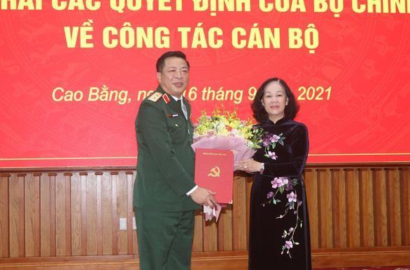 Bà Trương Thị Mai trao quyết định cho ông Trần Hồng Minh - Ảnh: TTXVN