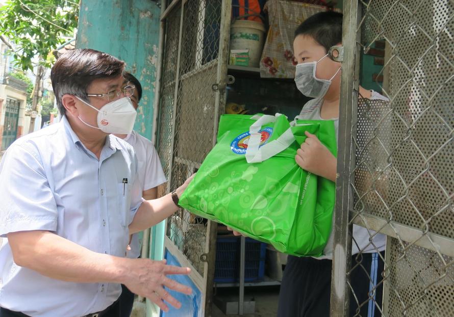 Chủ tịch UBND TP HCM Nguyễn Thành Phong tặng quà cho người dân khó khăn trên địa bàn quận Phú Nhuận. (Ảnh: Người Lao động)