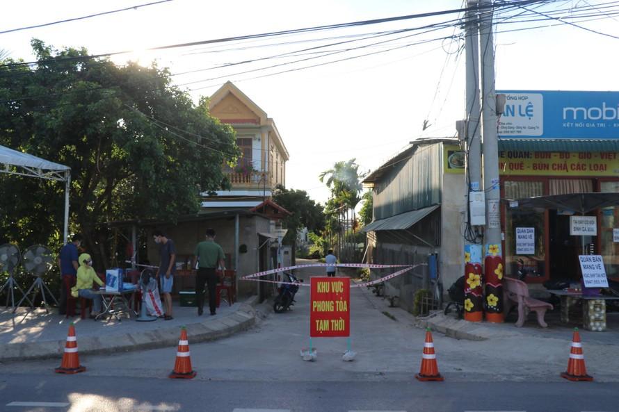 Một khu vực phong tỏa tại phường Đông Giang, TP Đông Hà.(Ảnh: Người Lao động)