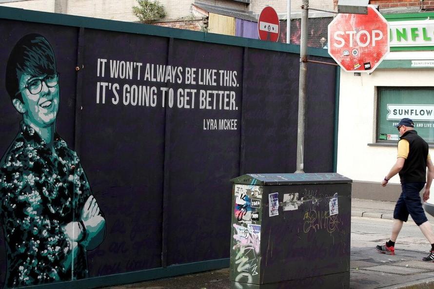 Một bức tranh tưởng niệm nhà báo Lyra McKee tại Bắc Ireland. (Ảnh: New York Times)