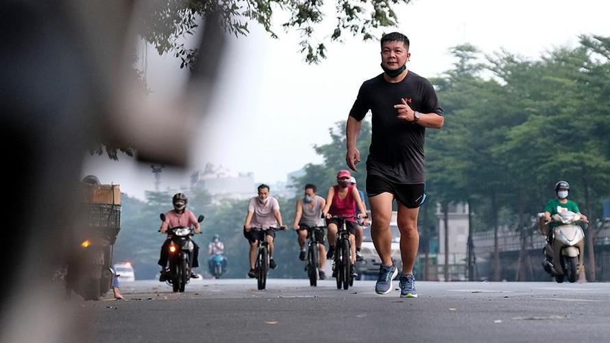 Chỉ một ngày sau khi Hà Nội tiến hành nới lỏng giãn cách và thực hiện Chỉ thị 15 của Chính phủ rất nhiều người đổ ra đường tập thể dục, quên đeo khẩu trang, vi phạm công tác phòng, chống dịch COVID-19. (Ảnh: Tiền Phong)