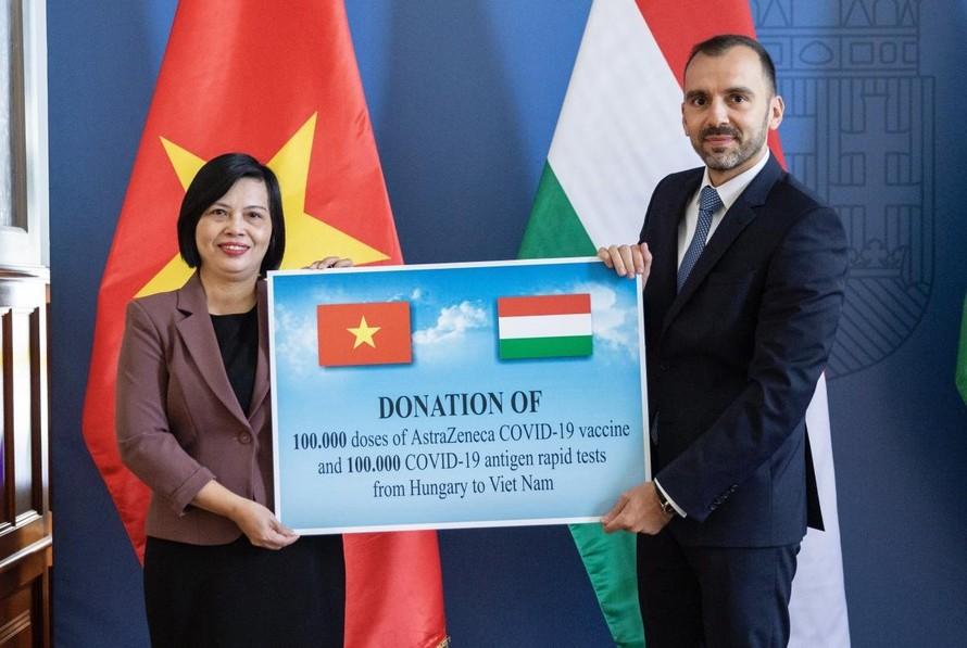 Đại sứ Việt Nam tại Hungary Nguyễn Thị Bích Thảo và Phó Quốc vụ khanh Bộ Ngoại giao và Kinh tế Đối ngoại Hungary István Joó. (Ảnh: VOV)