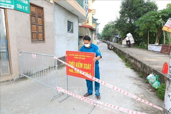 Lực lượng chức năng phong tỏa khu vực nơi có trường hợp mắc COVID-19 tại tổ 8, phường Kiến Hưng, quận Hà Đông. Ảnh: Tuấn Anh/TTXVN
