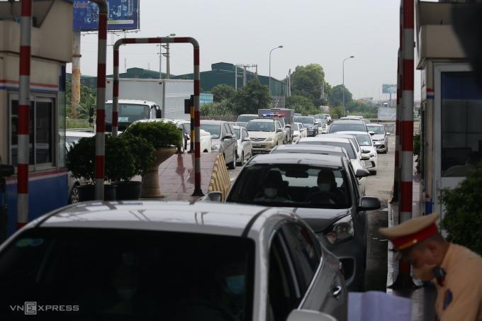 Hàng trăm xe ô tô xếp hàng chờ qua chốt tại cao tốc Pháp Vân - Cầu Giẽ hôm nay (22/9). (Ảnh: VnExpress)