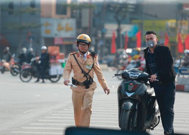 Cảnh sát giao thông Hà Nội xử lý một trường hợp không đội mũ bảo hiểm khi tham gia giao thông.