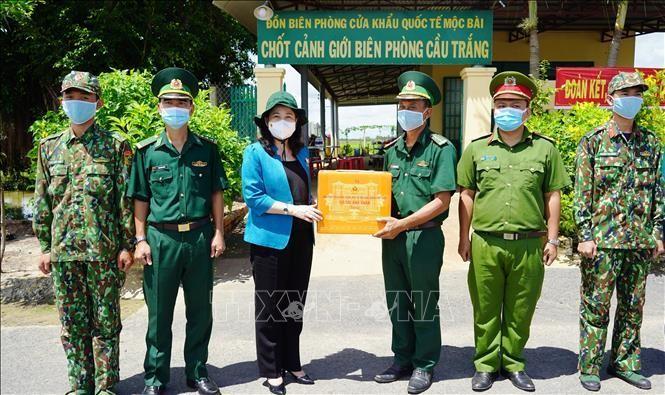 Phó Chủ tịch nước Võ Thị Ánh Xuân thăm, tặng quà các chiến sĩ biên phòng thuộc Chốt cảnh giới biên phòng Cầu Trắng - Đồn Biên phòng cửa khẩu quốc tế Mộc Bài. (Ảnh: TTXVN)
