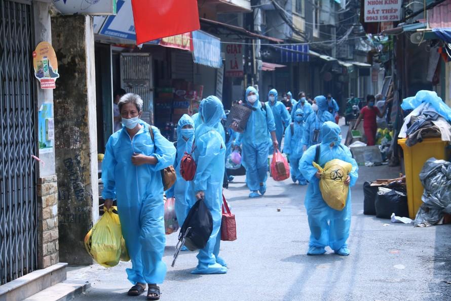 Người dân phường Thanh Xuân Trung trở về nhà sau 1 tháng cách ly tập trung. (Ảnh: Việt Khôi)