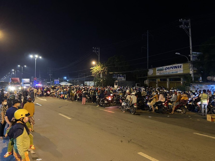 Từ chiều tối 30/9, hàng ngàn người dân TP Hồ Chí Minh đổ về cửa ngõ phía Tây để về quê. (Ảnh: TTXVN)