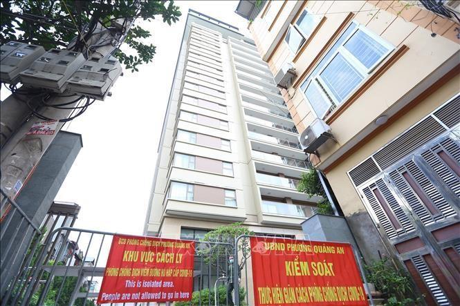 Toà Oakwood Residence Hanoi số 17, ngõ 35 Đặng Thai Mai(Quảng An, Tây Hồ) bị phong tỏa tạm thời. Ảnh: Hoàng Hiếu/TTXVN
