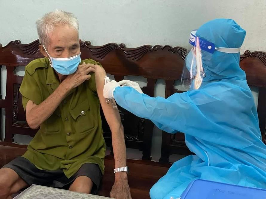 Ảnh: Tiêm vắc xin tại nhà cho người lớn tuổi tại Quận Tân Phú. (Ảnh: TTYT Quận Tân Phú)