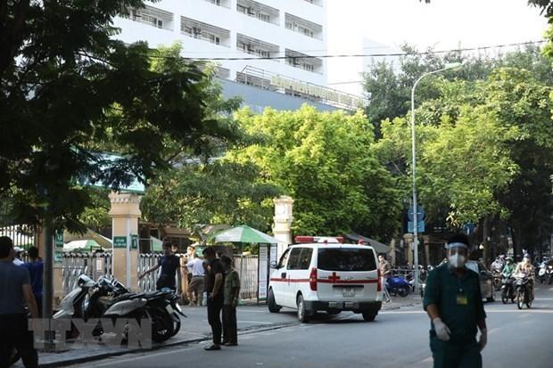 Phong tỏa tạm thời khu D của Bệnh viện Việt Đức. (Ảnh: Minh Quyết/TTXVN)