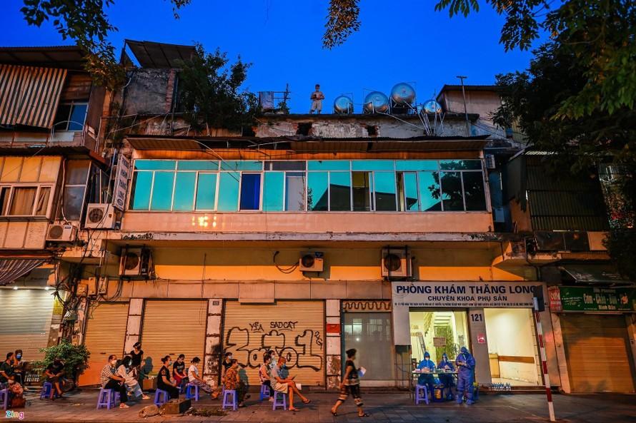 Bệnh viện Hữu nghị Việt Đức tổ chức lấy mẫu toàn bộ người nhà, bệnh nhân, nhân viên y tế trong tòa nhà với khoảng 1.400 người. Ảnh: Việt Linh.