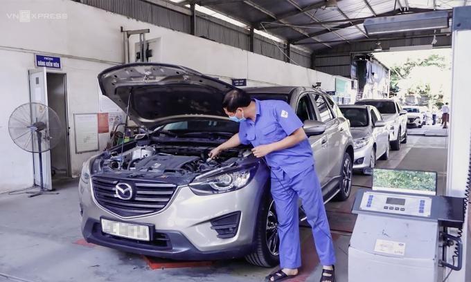 Một xe làm đăng kiểm ở Hà Nội hôm 26/9. Ảnh: Văn Lộc