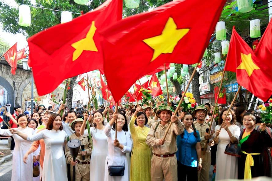 Tái hiện cảnh đón đoàn quân trở về trên phố Phùng Hưng vào sáng 10/10/2019. (Ảnh: Hà Nội mới)