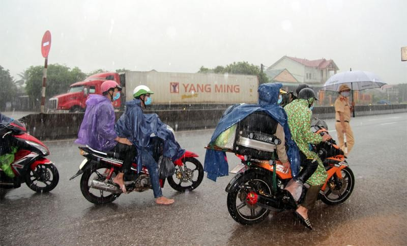 Chốt kiểm soát phòng, chống dịch đóng trên địa bàn xã Sen Thủy, huyện Lệ Thủy (Quảng Bình) đã đón và hỗ trợ người hồi hương. (Ảnh: Sức khỏe đời sống)