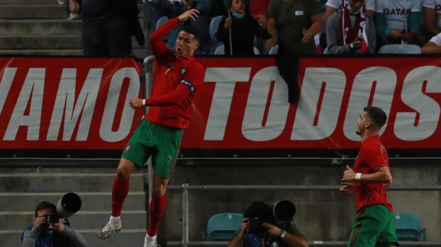 Ronaldo ăn mừng bàn thắng vào lưới Qatar. (Ảnh: LPN)