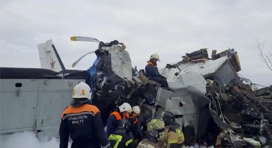 Lực lượng cứu hộ tiếp cận hiện trường rơi máy bay L-410 ở Cộng hòa Tatarstan thuộc Liên bang Nga. Nguyên nhân rơi máy bay có thể do quá tải. (Nguồn: Reuters)