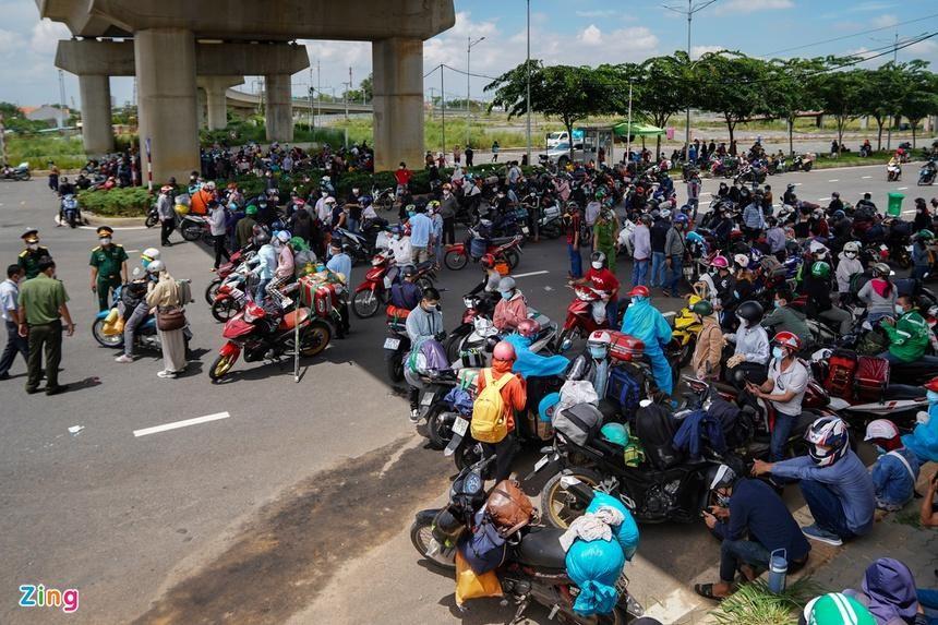 Hàng trăm người dân đi xe máy để về quê đang tập trung tại cửa ngõ phía đông TP.HCM. (Ảnh: Zing)
