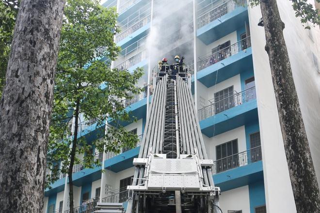Cảnh sát điều xe thang và lực lượng cứu hỏa đến dập tắt đám cháy. Ảnh: A.N.