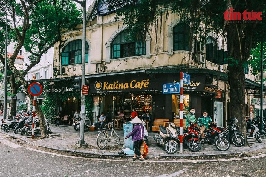 Sáng 14/10, các quán cafe ở Hà Nội đã được đón khách trở lại.