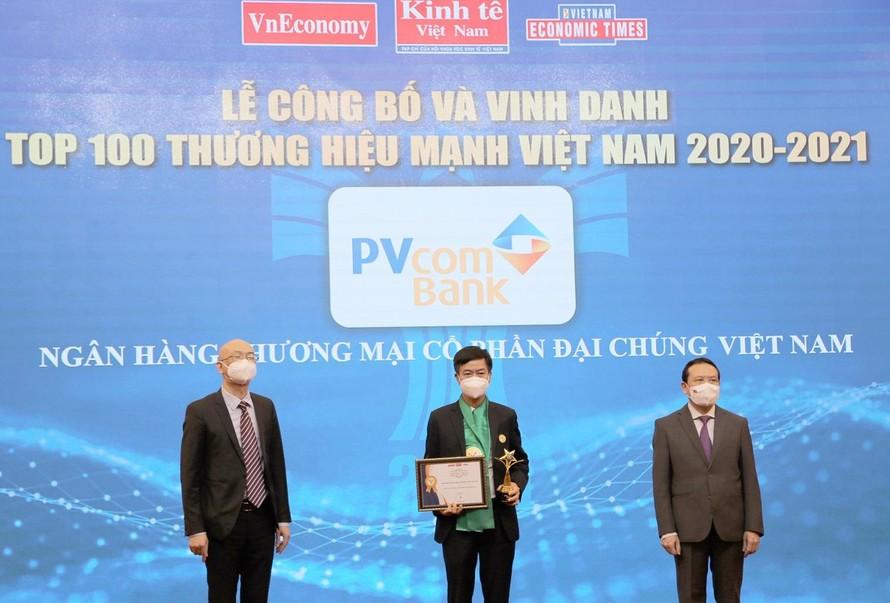Đại diện Ngân hàng TMCP Đại Chúng Việt Nam (PVcomBank) nhận bằng khen và cup vinh danh Thương hiệu mạnh Việt Nam.