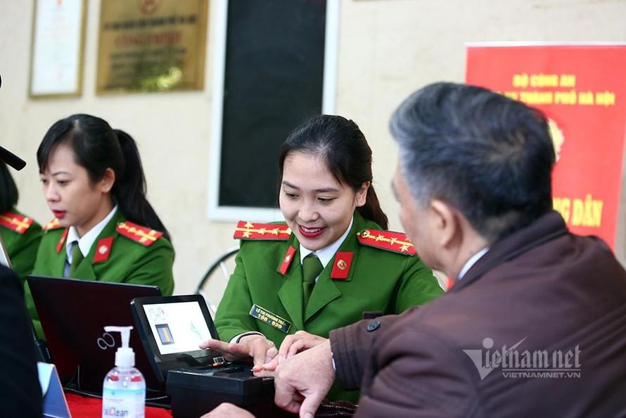 Một Đại uý công an Hà Nội đang lấy vân tay làm CCCD cho nhân dân. (Ảnh: Vietnamnet)