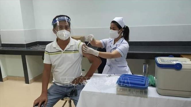 Tiêm vaccine phòng COVID-19 tại điểm tiêm bệnh viện Bà Rịa, tỉnh Bà Rịa-Vũng Tàu. Ảnh: Hoàng Nhị/TTXVN