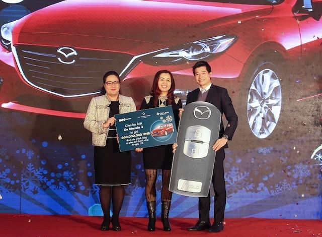 bà Nguyễn Thị Chung, chủ sở hữu của 4 căn condotel đã may mắn trúng thưởng ô tô Mazda 3 trị giá hơn 650 triệu đồng
