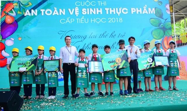 Đại diện sữa Cô Gái Hà Lan trao giải cho các đội giành chiến thắng trong nhóm học sinh tiểu học