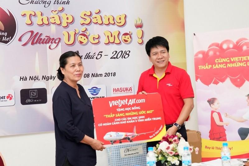 Vietjet phối hợp tổ chức chương trình 'Thắp sáng những ước mơ' năm 2018