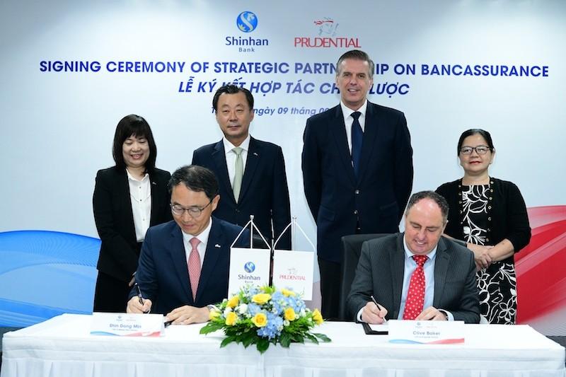 Ông Shin Dong Min -Tổng Giám đốc của Ngân hàng Shinhan tại Việt Nam và ông Clive Baker -Tổng Giám đốc Prudential Việt Nam ký kết thỏa thuận Hợp tác chiến lược dưới sự chứng kiến của đại diện hai doanh nghiệp.