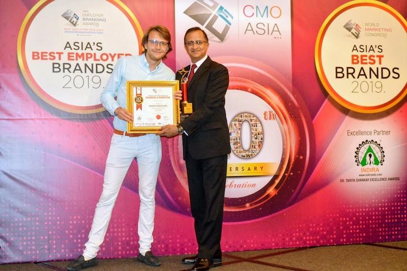 Ông Basker Rangachari, Giám đốc Trung Tâm Tiếp Thị của FE CREDIT vinh dự nhận giải Giám Đốc Tiếp Thị Xuất Sắc tại sự kiện CMO Asia Awards lần thứ 10 tở chức tại Singapore