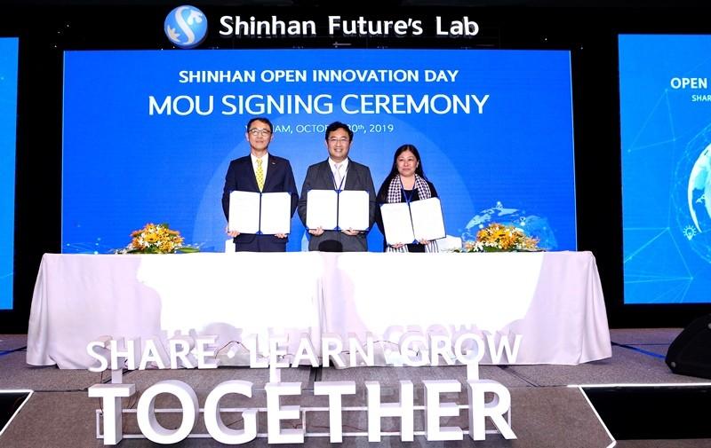 Đại diện của Ngân hàng Shinhan, NATEC và Open Innovation Việt Nam tại lễ ký kết biên bản ghi nhớ MOU